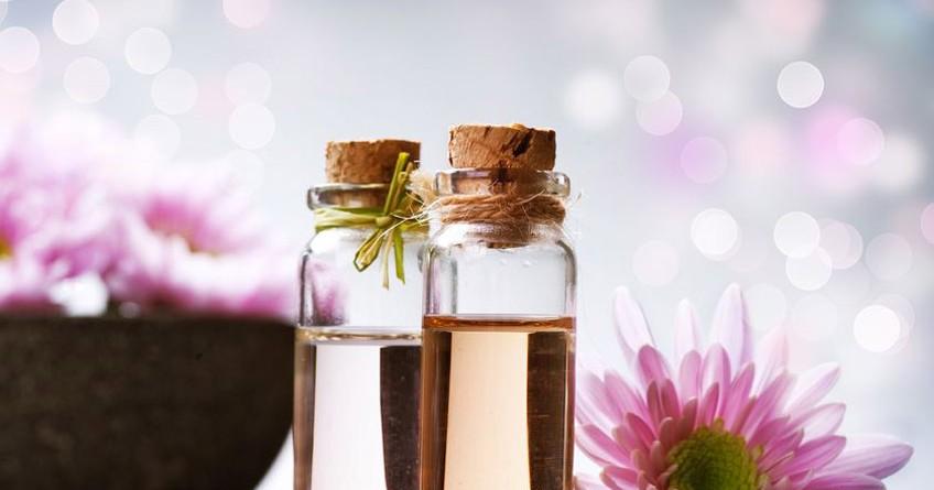 L'aromaterapia basata sull'uso di oli essenziali può migliorare la salute e il benessere a livello fisico e mentale.